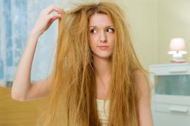Làm cách nào thuần hóa mái tóc xơ rối mùa hè?